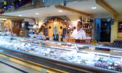 Alain beldicot fromager au marché couvert a Epinal